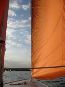 Die orangen Segel der Boote